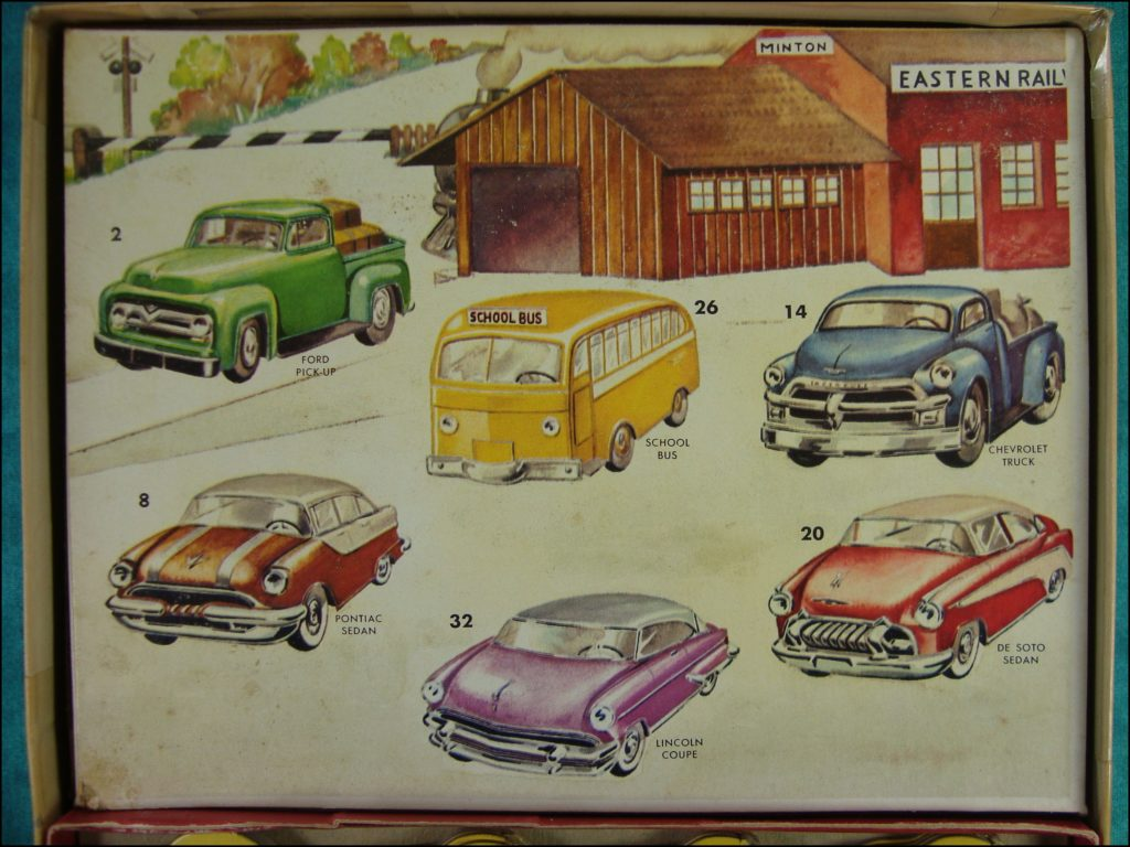 Brettspiel ; Board game ; Jeu de société ; 1955 ; Automobile Stand Up lotto ; Gabriel & Sons ;  Buick ; Chevrolet ; Chrysler ; Packard ; Studebaker ; Pontiac ; Mercury ; Cadillac ; Ford ; Lincoln ; De Soto ; Hudson ; Chevrolet Nomad ; Studebaker ; Dodge ; Oldmobile ; Mercury ; Nash ; Rambler ; International Truck Chevrolet Bel Air ;  Plymouth Belvedere  ; Ford Fairlane  ; Buick Century ;