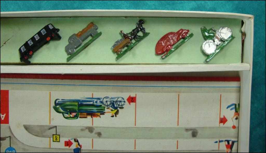 Brettspiel ; Board game ; Jeu de société ; 1952 – Was wird hier falsch gemacht ? ; Abel-Klinger ; triporteur TEMPO HANSEAT 1951 ; Packard 1948 Standard Eight Station Sedan 220 ; Chevrolet 1950 1951 Deluxe Styleline ; Jaguar 1949 Mark 5