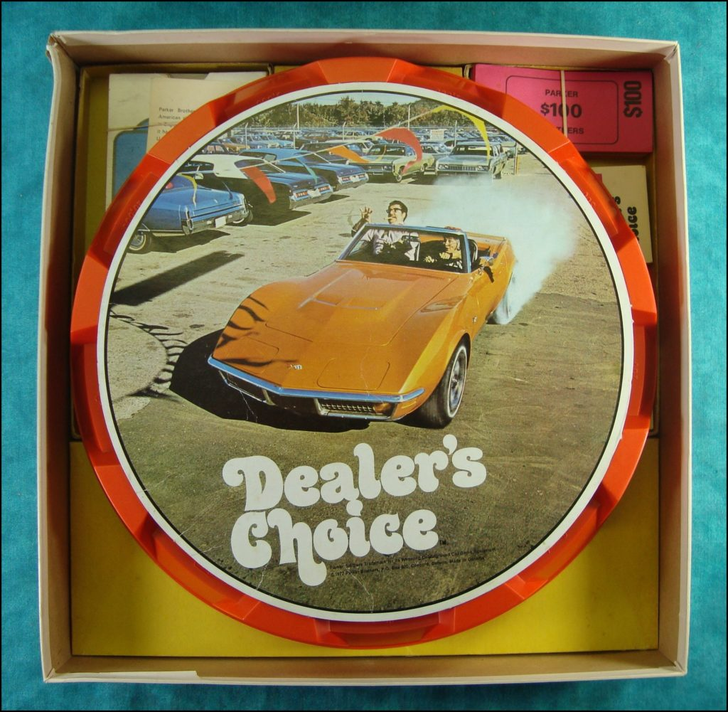 Brettspiel ; Board game ; Jeu de société ; 1972 ; Dealer's choice (Canada) ; Parker ; Checker Cab ; Chevrolet Corvette 1971 ; Edsel 1959 ; Bugatti 1938 ; Chrysler Town & Country 1947 ; Lincoln Continental 1956 ; Ford Model A 1931 ; Harley Davidson ; Studebaker Golden Hawk 1956 ; Lincoln Continental 1941 1971 ; De Soto 1956 ; Volkswagen 1971 ; Mercedes Benz 1925 ; Oldsmobile 1956 ; Jaguar Type E 1971 ; Cadillac 1971