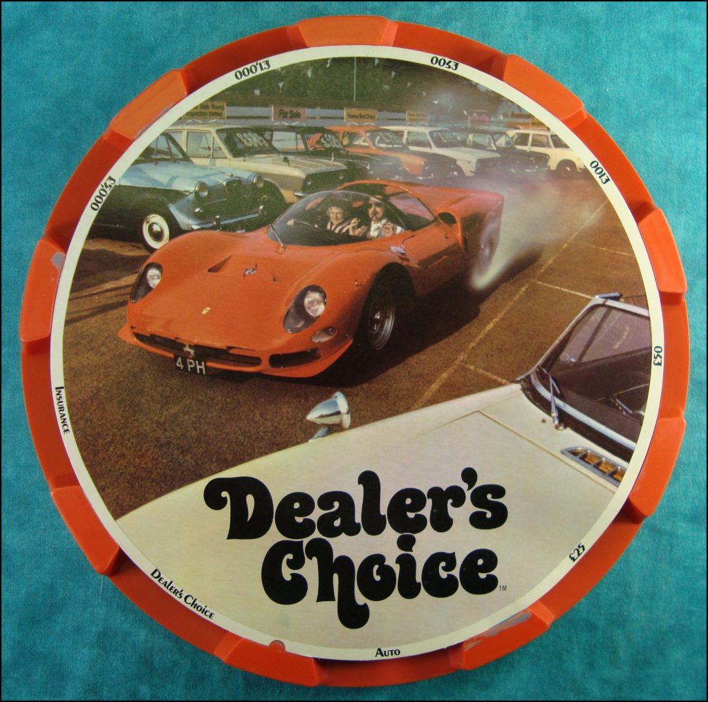 Brettspiel ; Board game ; Jeu de société ; 1972 ; Dealer's choice ; Parker G.B. ; Ford Zephyr 1966 ; Rolls Royce Silver Wraight 1949 ; Standard Vanguard 1953 ; Fiat 124 Coupe 1968 ; Sunbeam Alpine 1960 ; Morris Marina 1971 ; Saab ; 1966 ; Harley Davidson ; Austin Taxi Alvis 1954 ; Volvo 122 1962 ; Lotus Ford 1972 ; Mini Cooper 1968 ; Ferrari P2/3 1965 ; MGB GT 1972 ; Mercedes 190 S 1961 ; Jaguar Type E 1970 ; Aston Martin DB5 1965